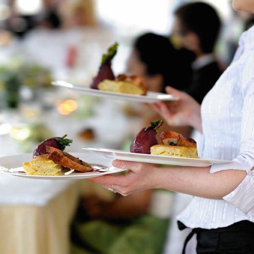 Cameriere mentre tiene piatti per eventi