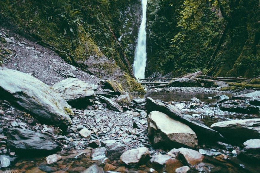 Un ruscello con cascata