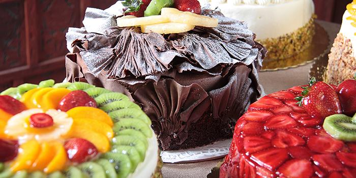 diversi tipi di torte in cioccolato e frutta