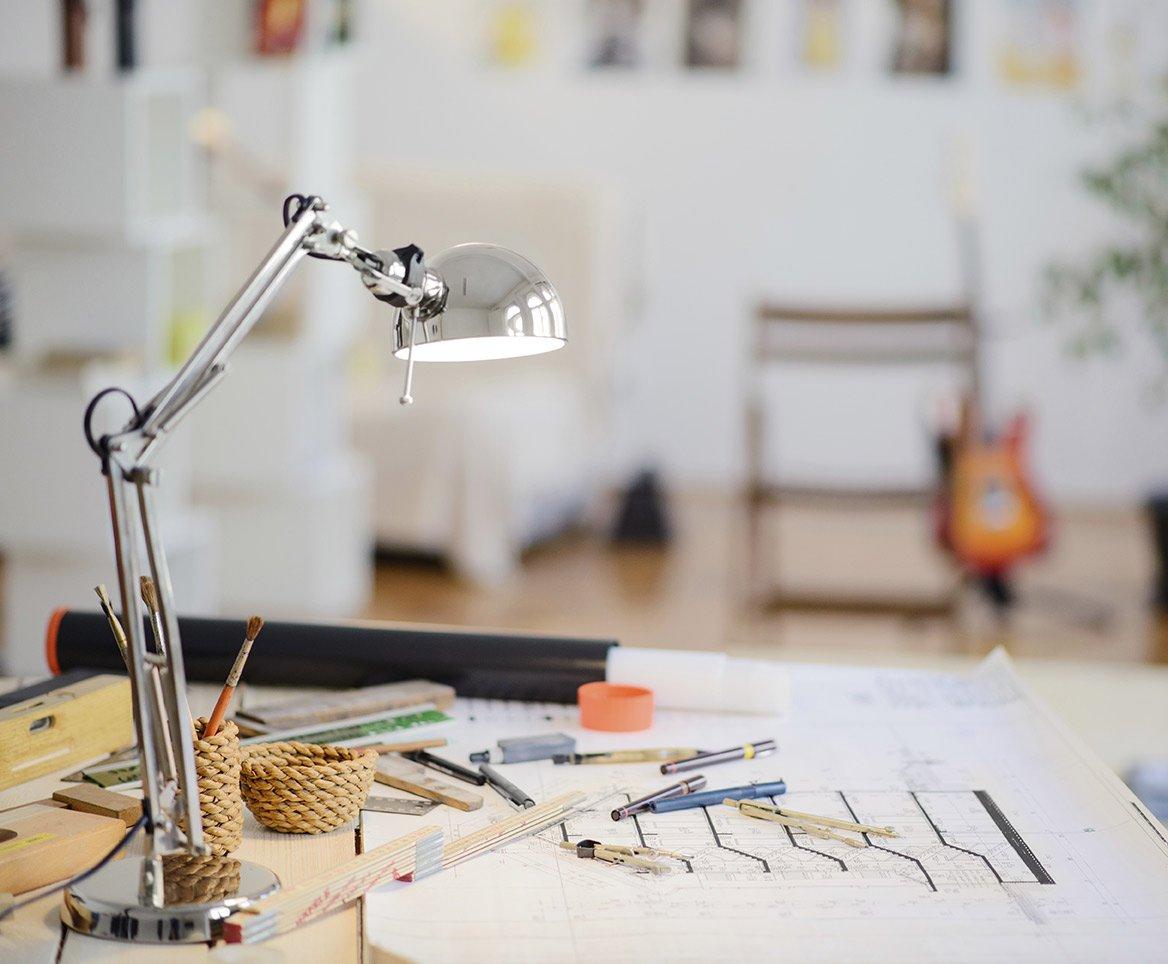 lampada e progetti su un tavolo