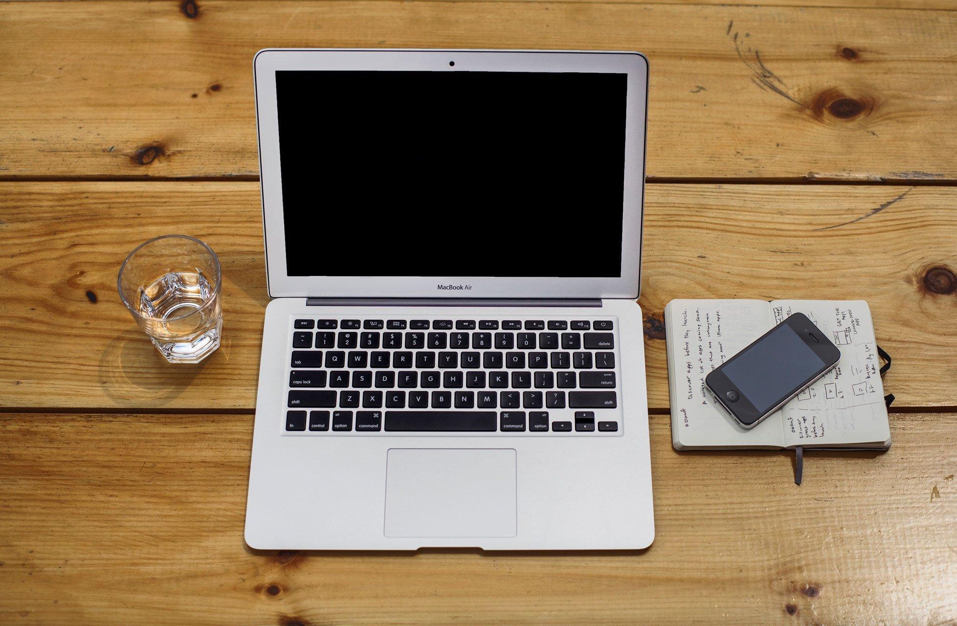 personal computer su un tavolo di legno