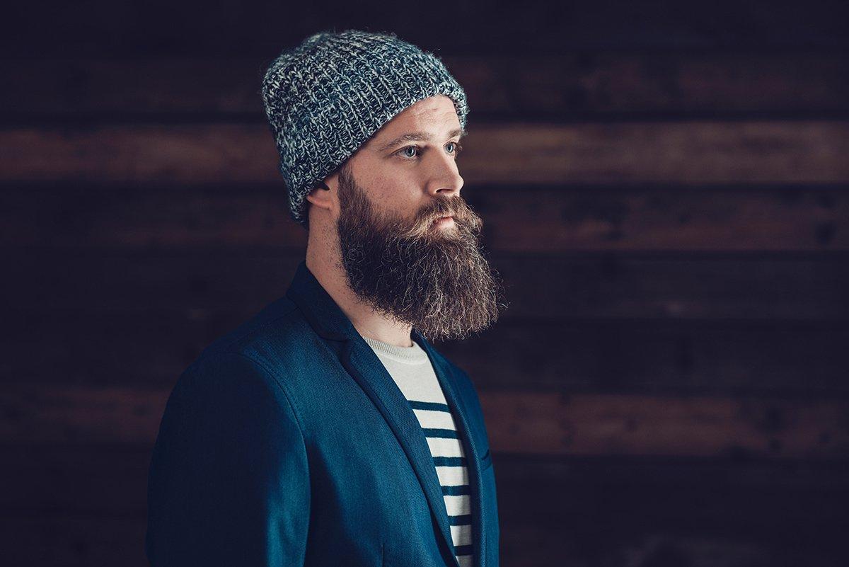 un ragazzo con una lunga barba